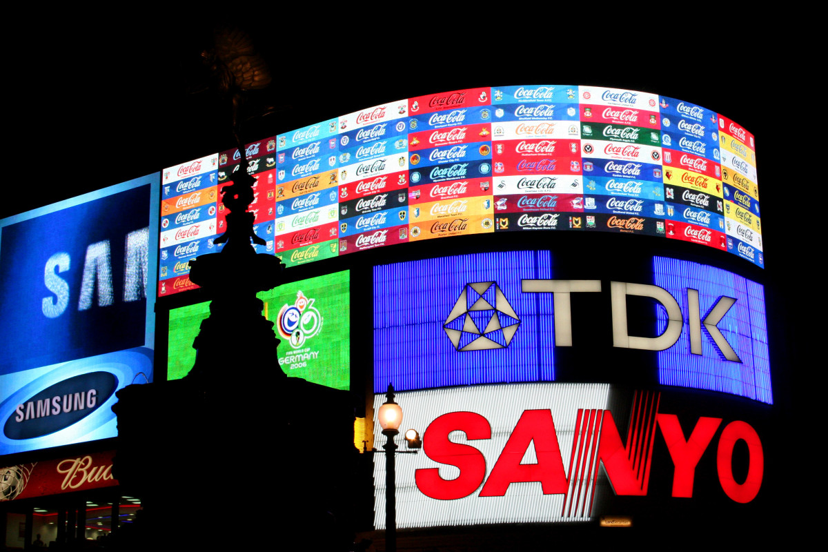 picadilly_circus_london_by_night_2006